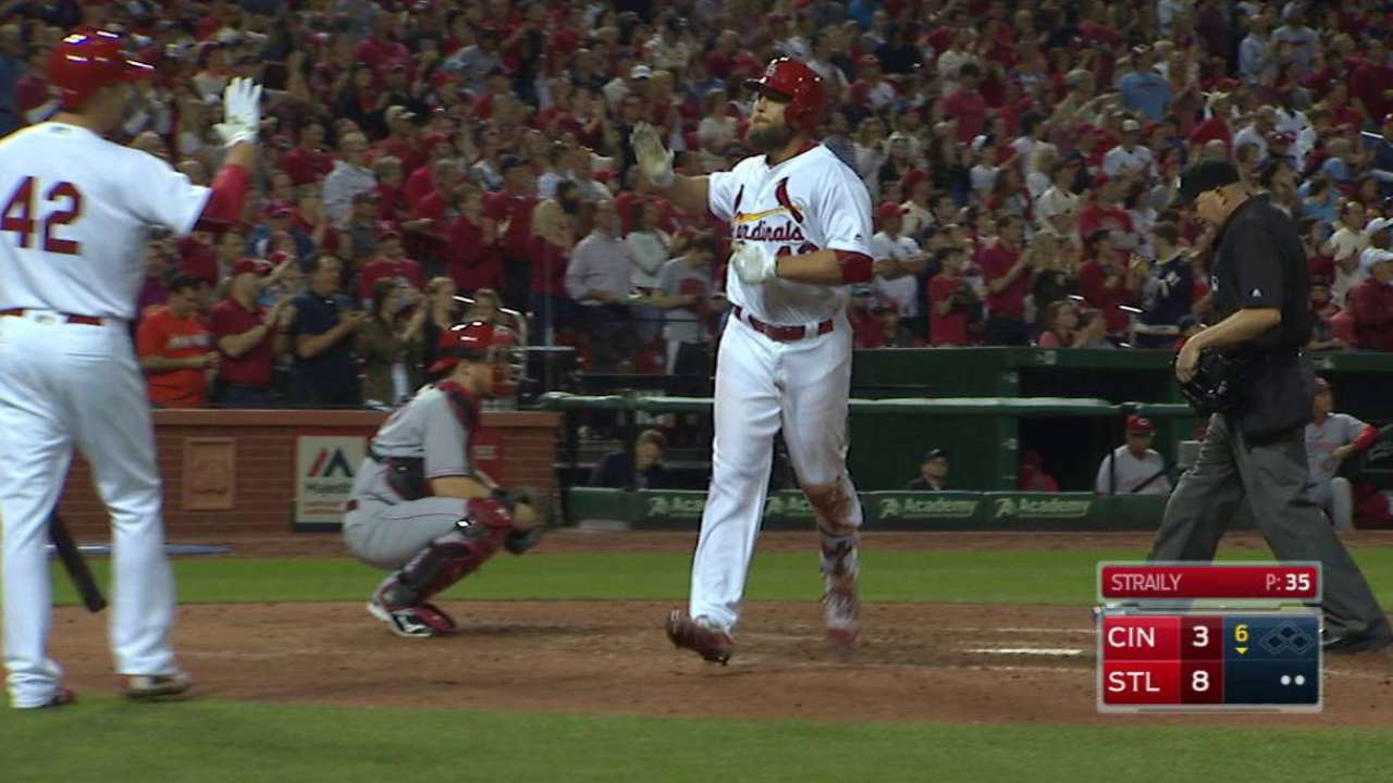 Holliday leads Cards' 6-HR surge vs. Reds