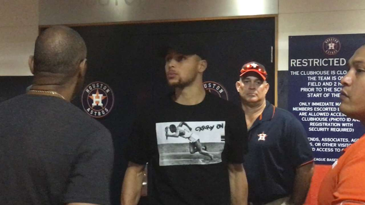 Curry pays pregame visit to Astros' clubhouse