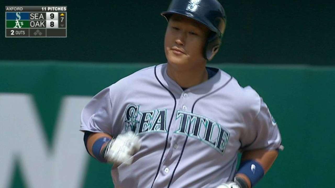 Lee's go-ahead homer