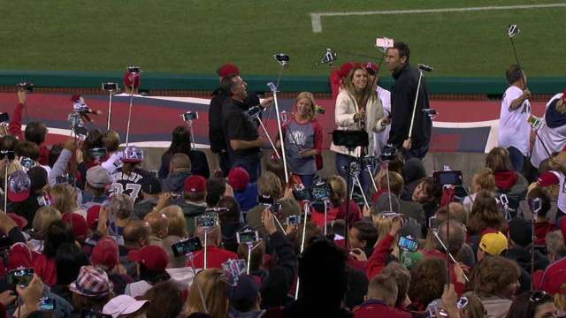 angel stadium set a guinness world record for the largest group of people using selfie sticks. Black Bedroom Furniture Sets. Home Design Ideas