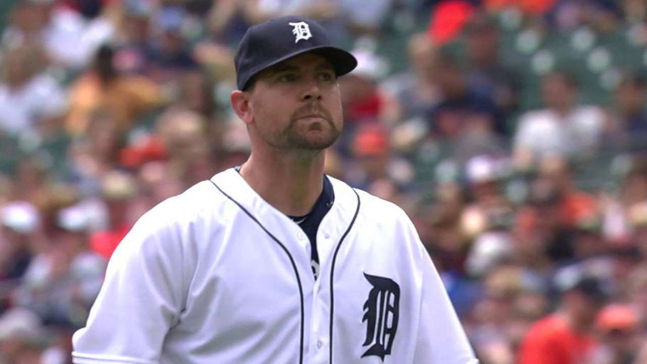 Pelfrey induces double play