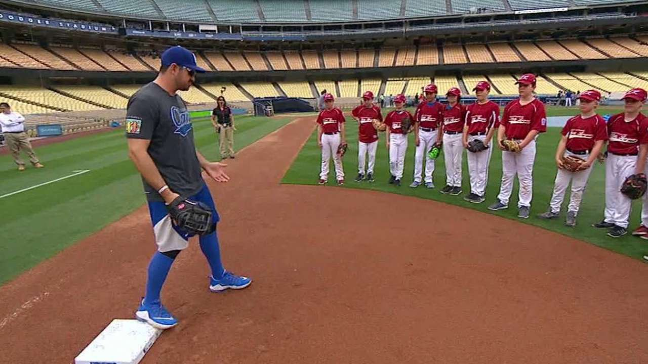 Youth players get special day at Dodger Stadium