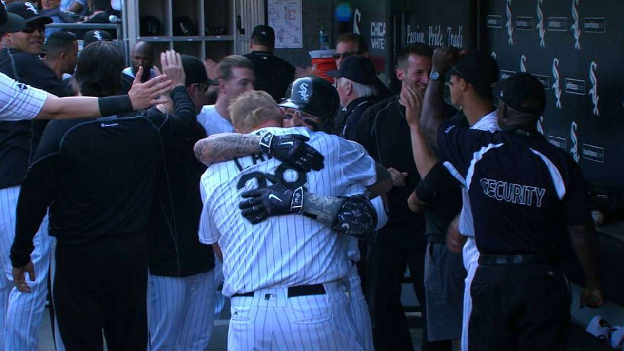 White Sox hang on, edge Tribe in opener