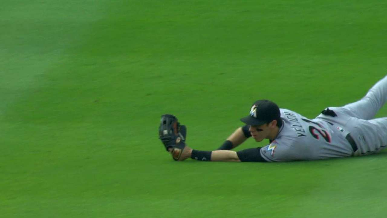 Yelich's shoestring grab
