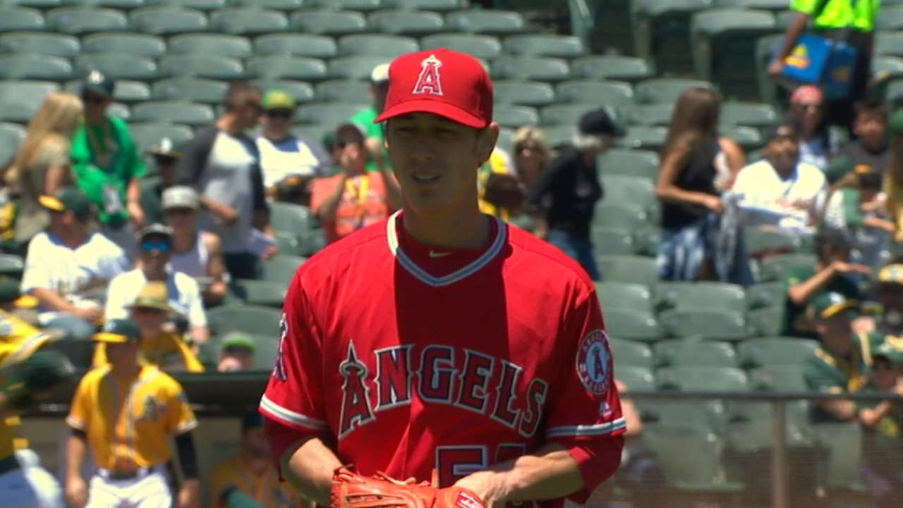 Lincecum strong in winning debut for Angels