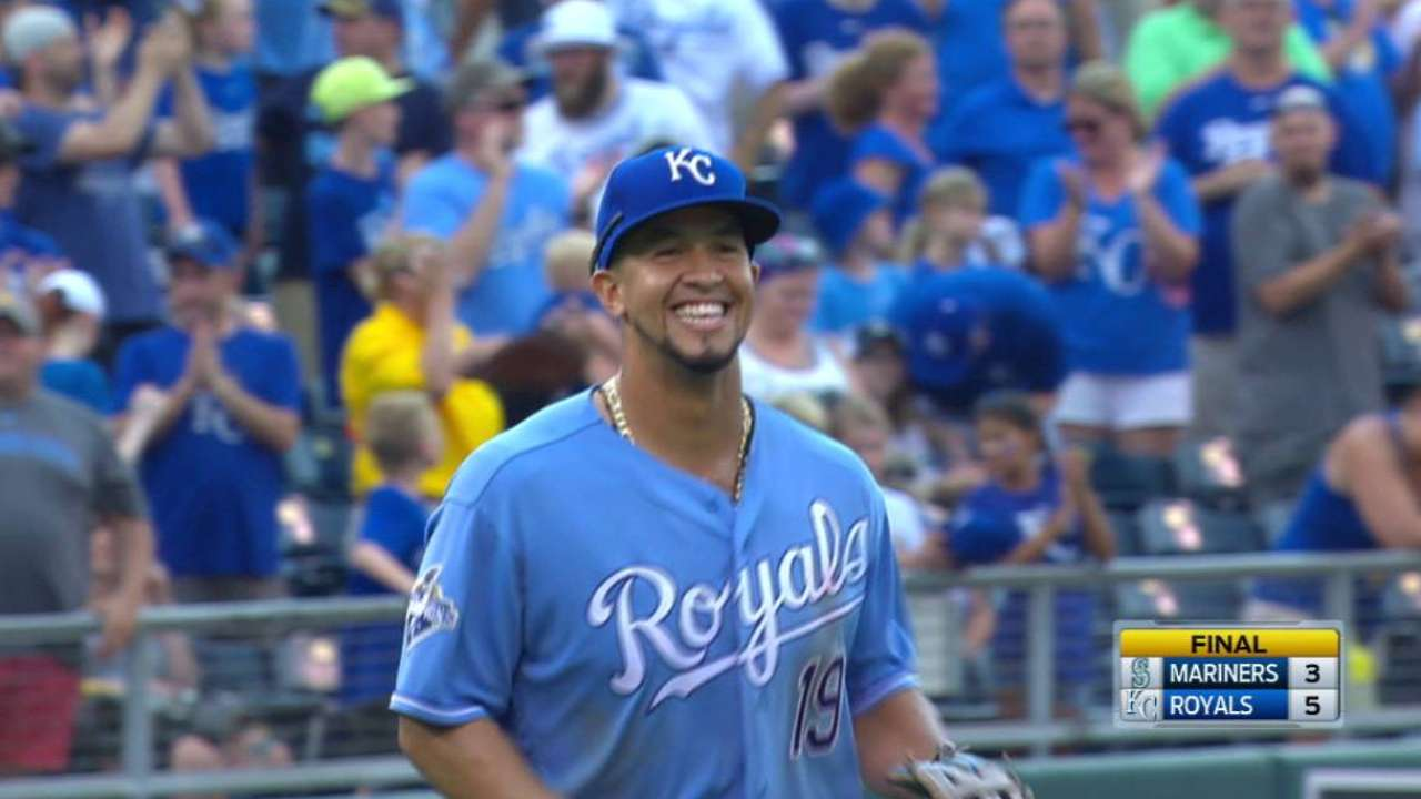 Herrera earns save, Royals win