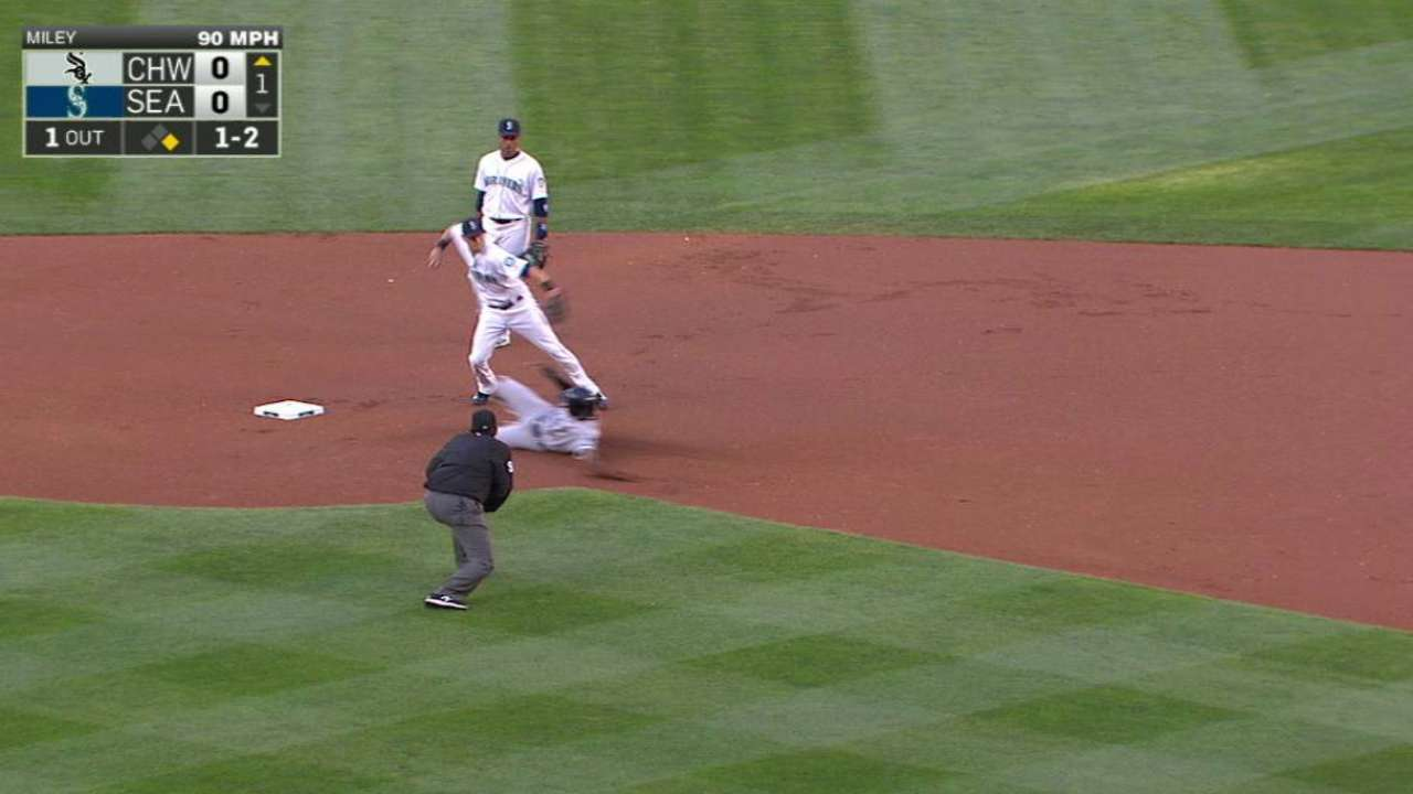 Lee starts smooth double play