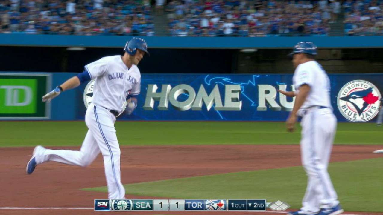 Saunders shows power in 1st matchup with M's