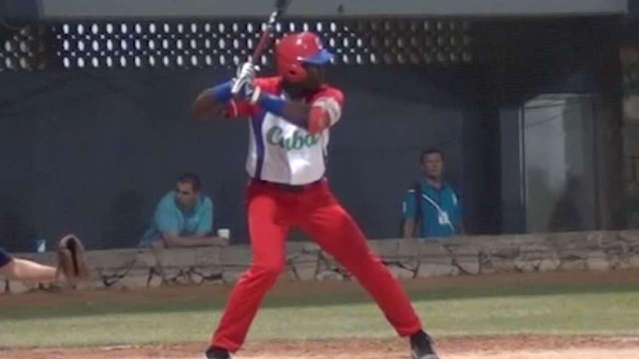Padres officially agree with Cuban OF Ona