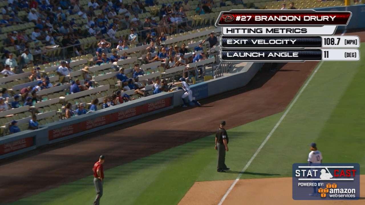 Una <i>ballgirl</i> de Dodgers tambi&#233;n brill&#243; con el guante