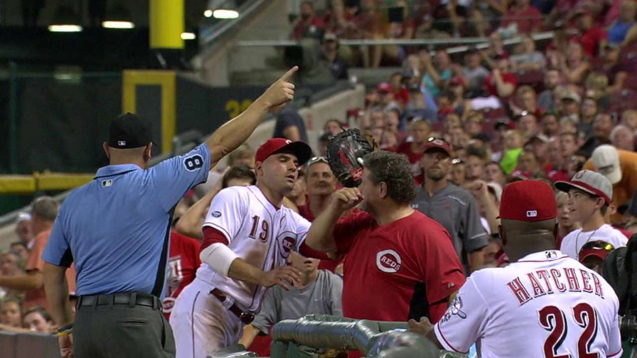 Votto makes amends with fan