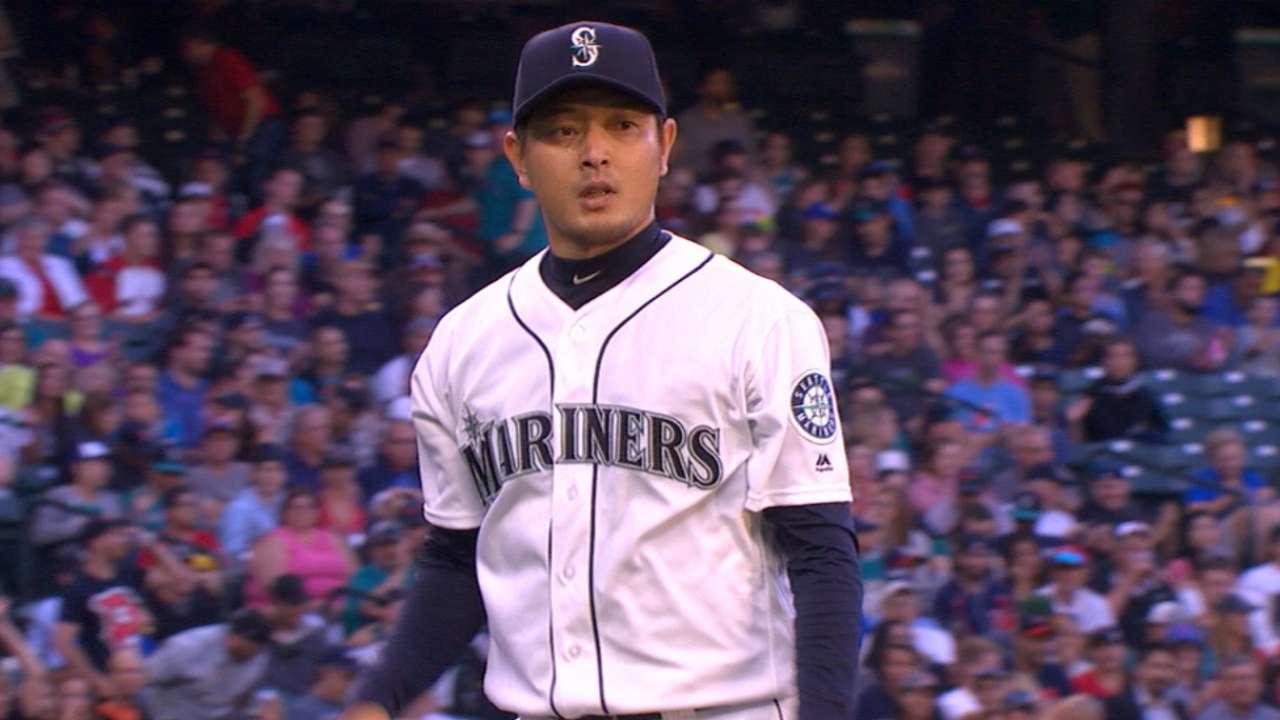 Relying on fastball, Iwakuma ties Sox in knots