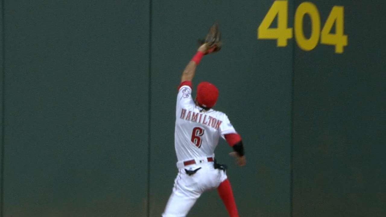 Reds' Hamilton runs into wall, bruises knee