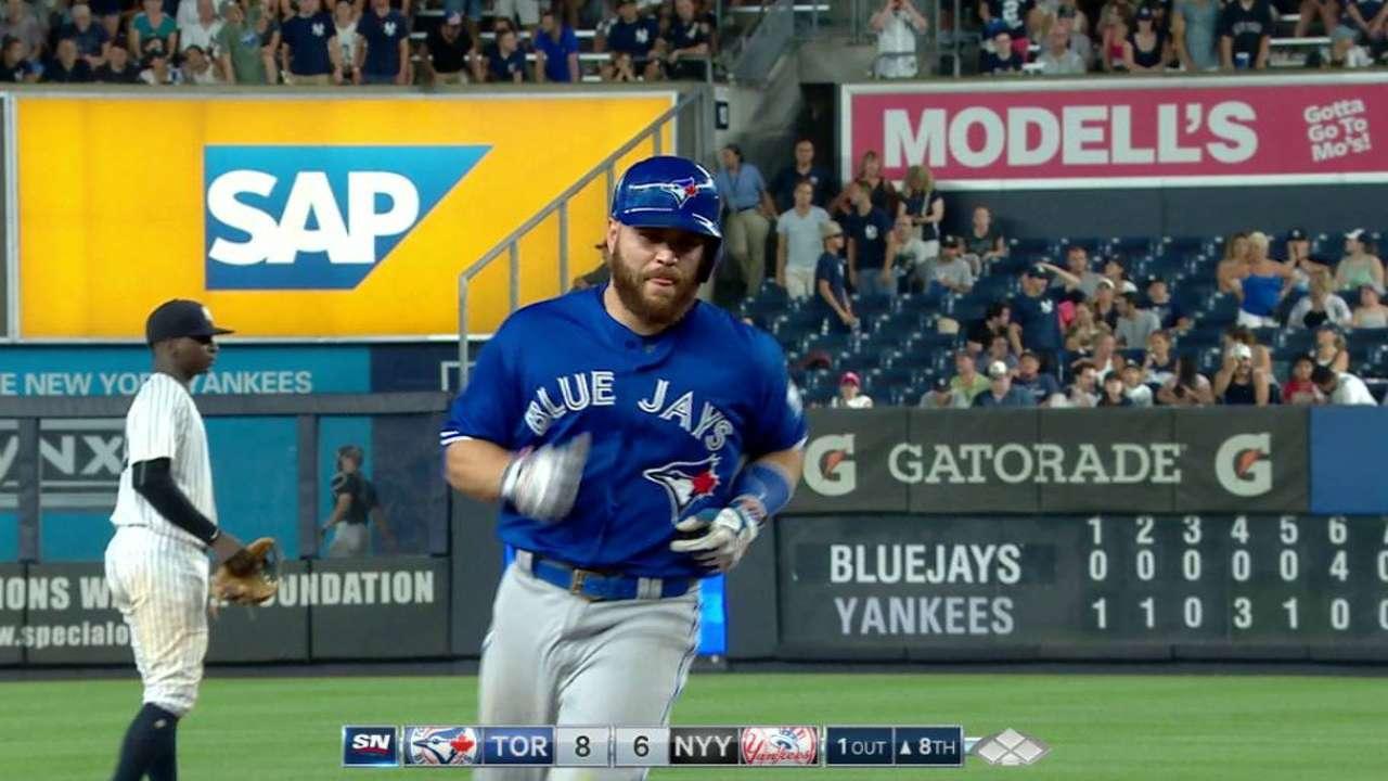 Martin, Azulejos explotan en la 8va y apabullan a Yankees