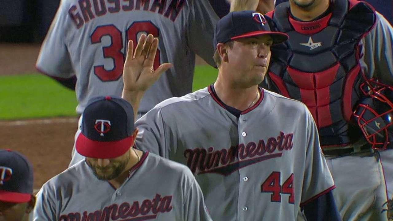 Bats deliver, Gibson goes distance vs. Braves