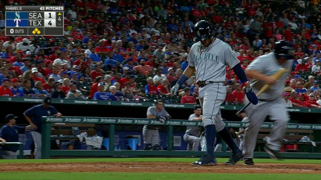 Seager plates Marte on walk