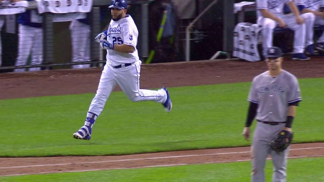 Royals run out of timely hits with 2 on in 10th