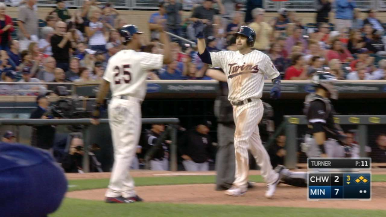 Twins unload in 8-run inning to rout White Sox