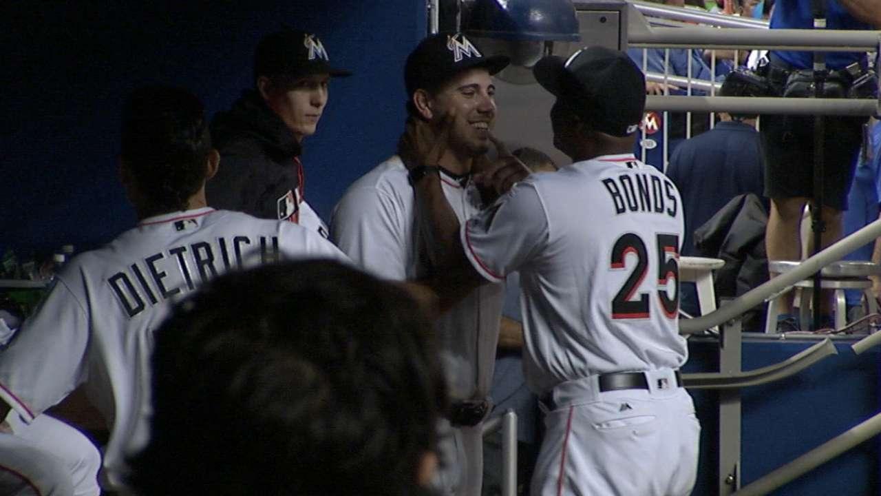 Fernandez embraced by Bonds