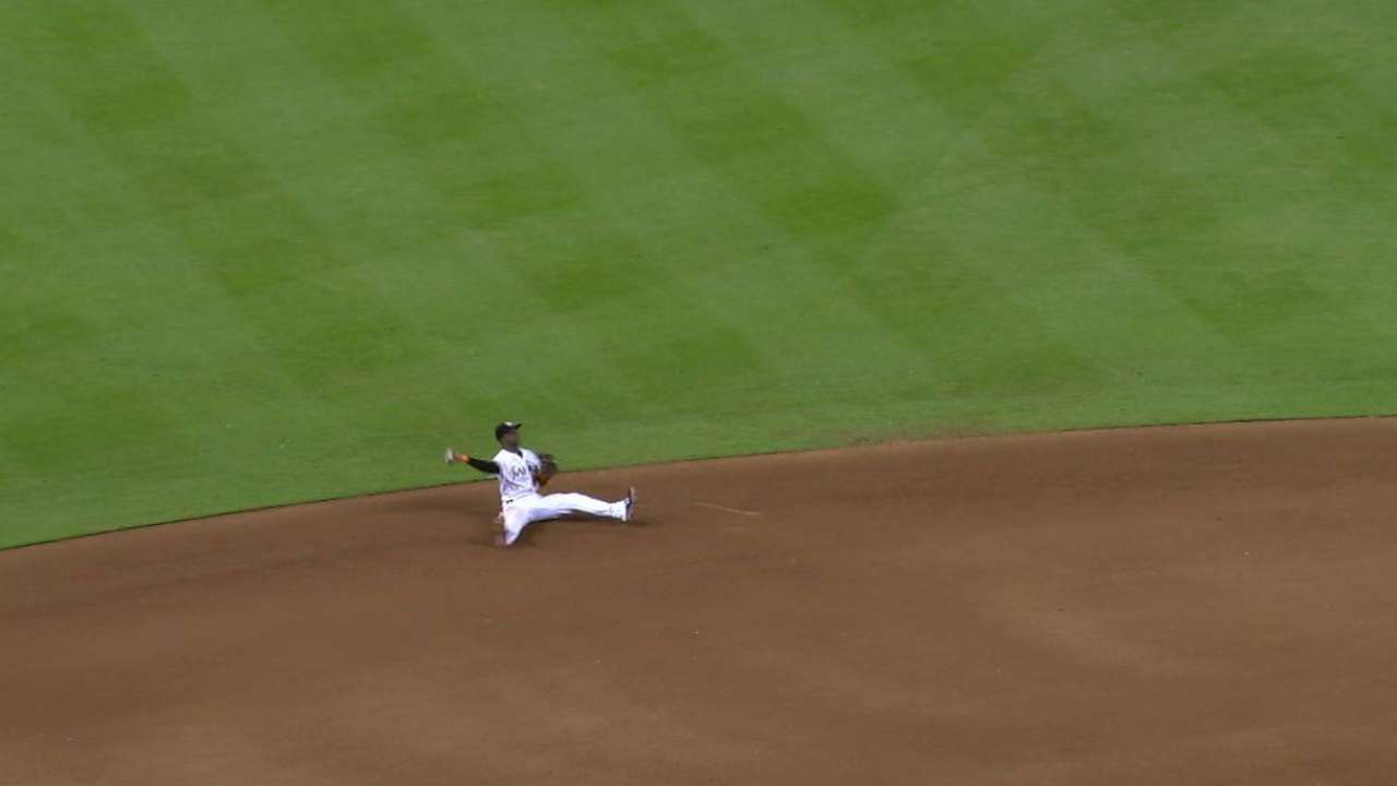 Adeiny dazzles with Gold Glove-caliber grab
