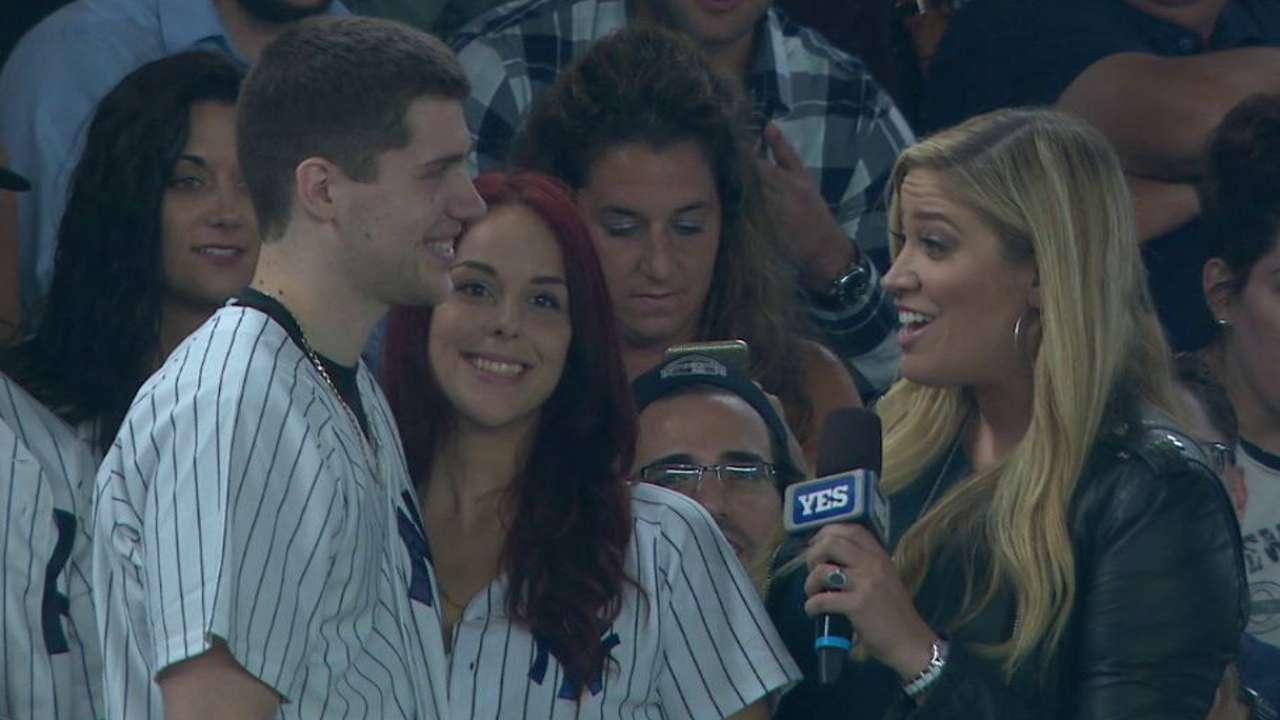 Fan pierde anillo, luego propone matrimonio en el Yankee Stadium
