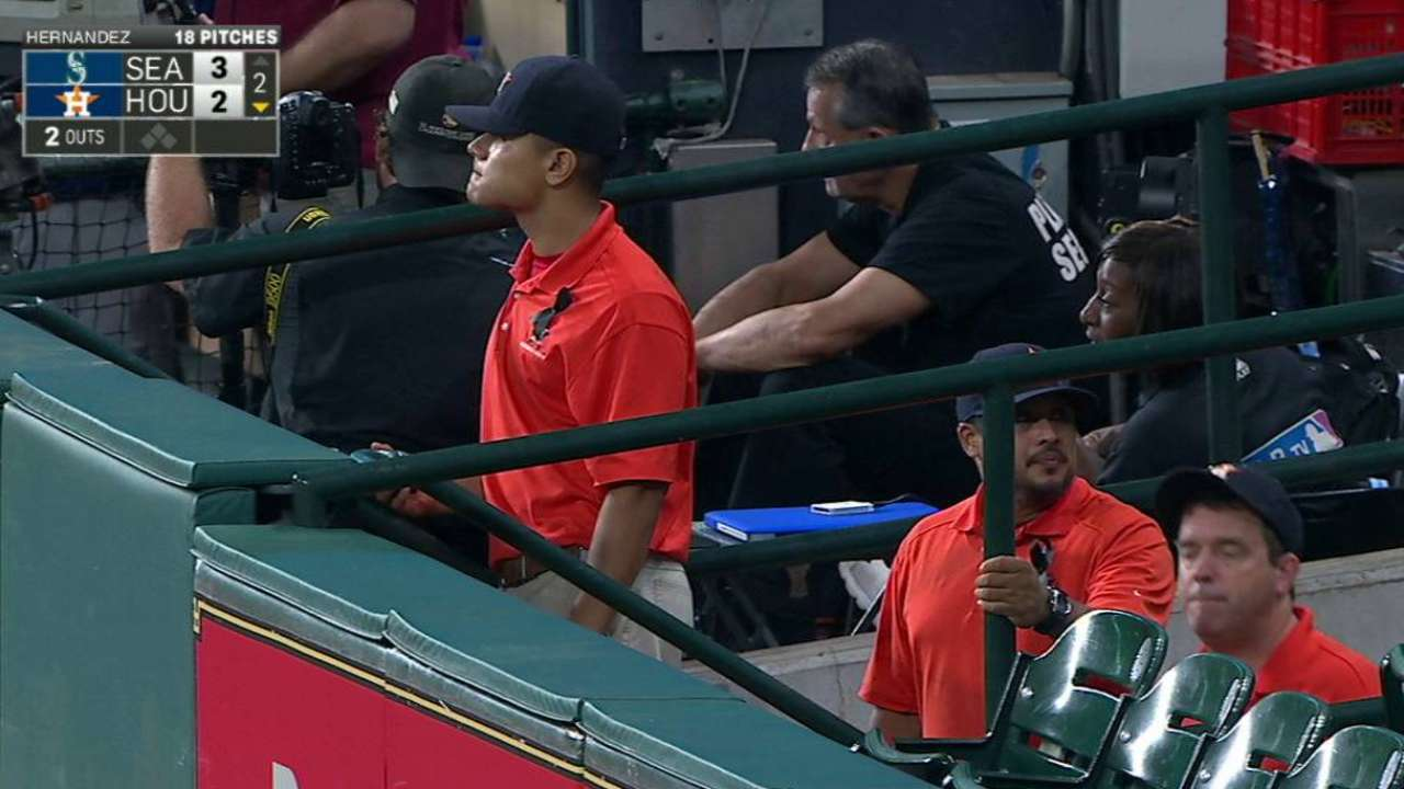 Astros pay respects to longtime groundskeeper Richardson
