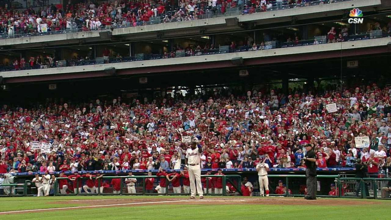 Phillies fans salute Howard
