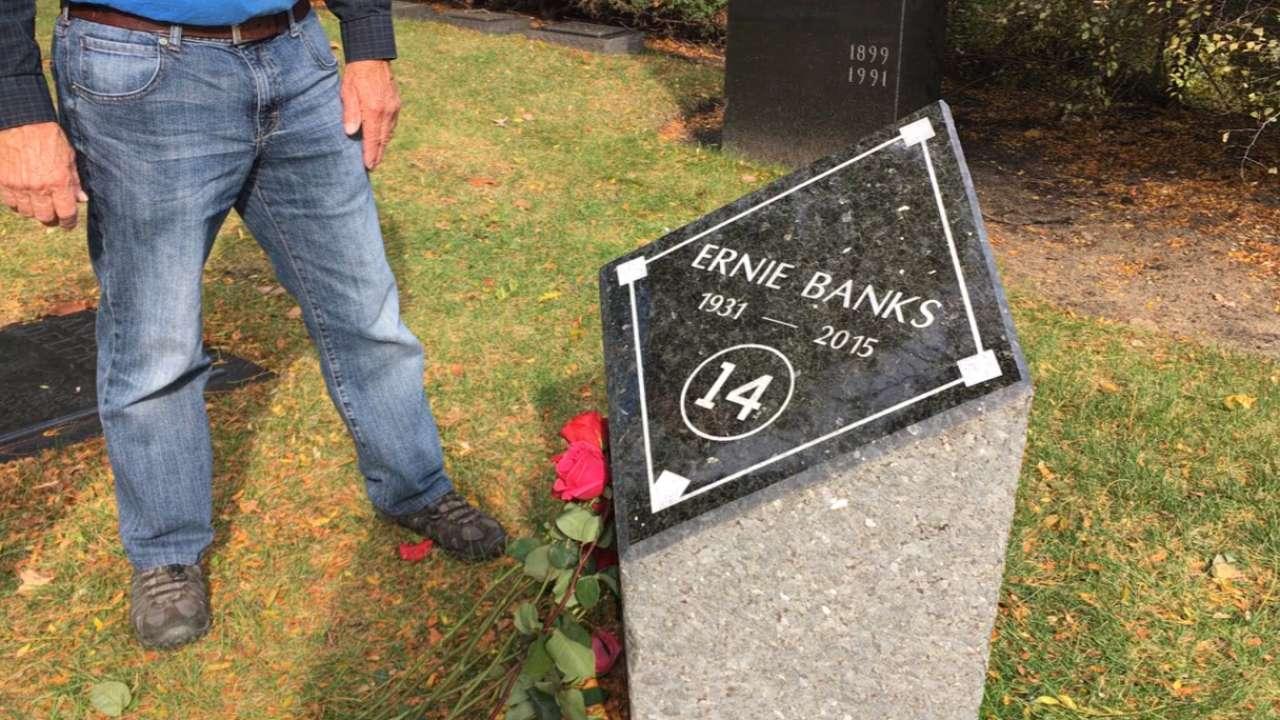 Cubs fans visit Banks' gravesite