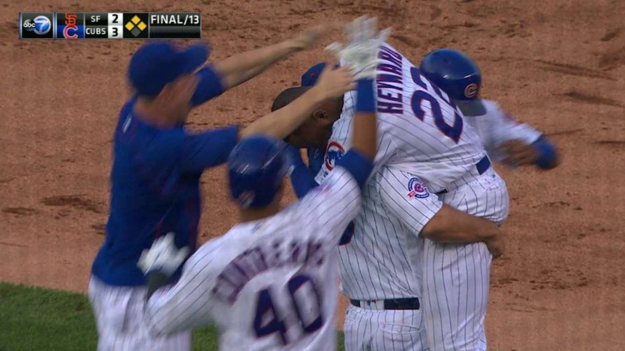 Cubs vencen a Gigantes con hit de Heyward en la 13ra