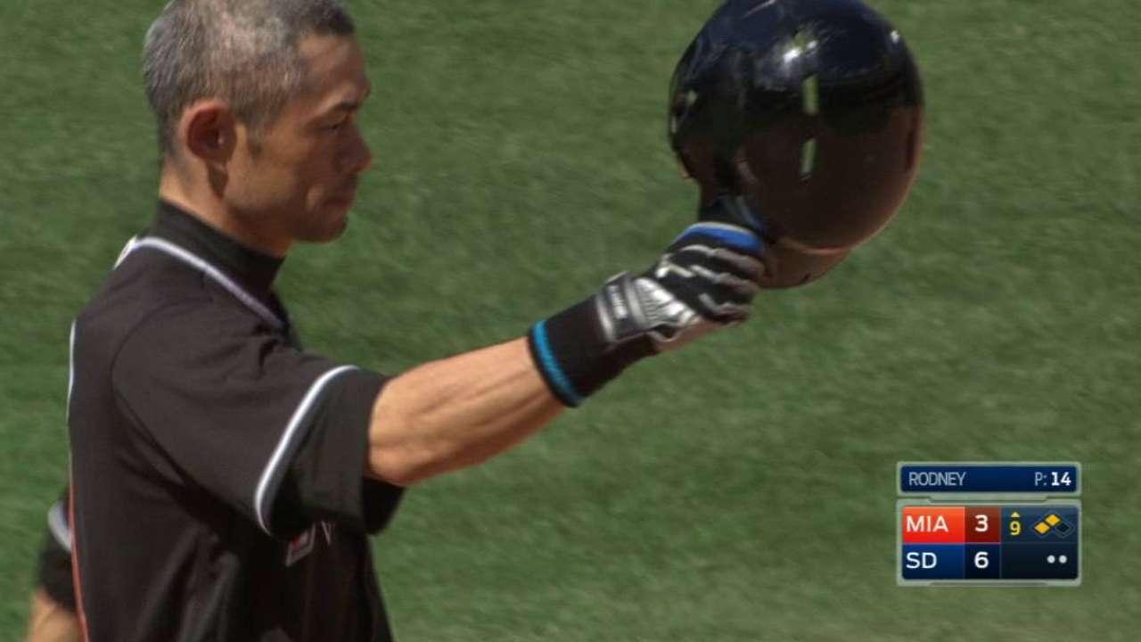 Ichiro hace historia, pero los Marlins caen ante los Padres