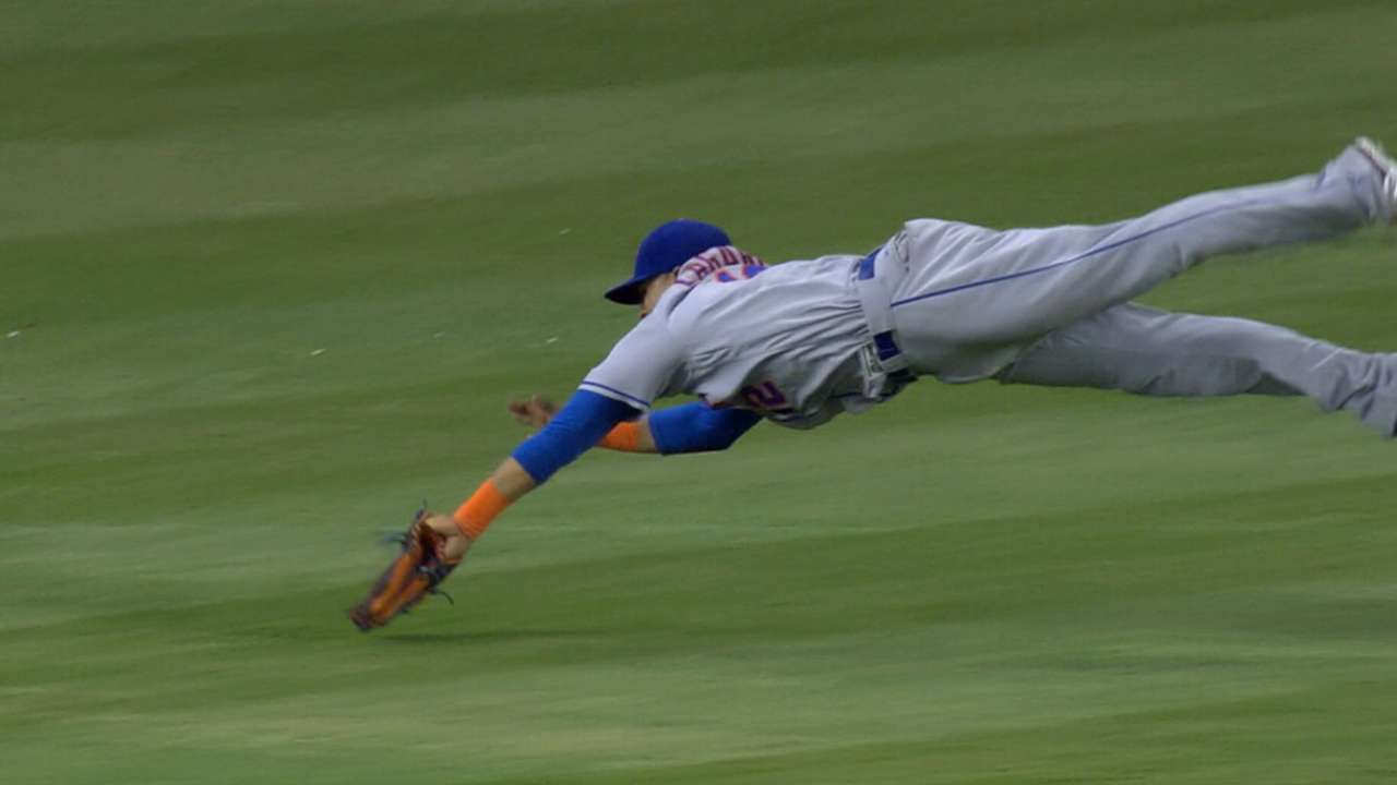 Lagares sprains right shoulder in winter ball