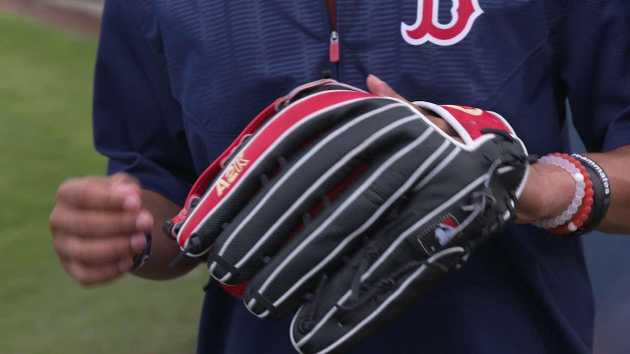 Glove love: Pedroia, Sox revel in Glove Day