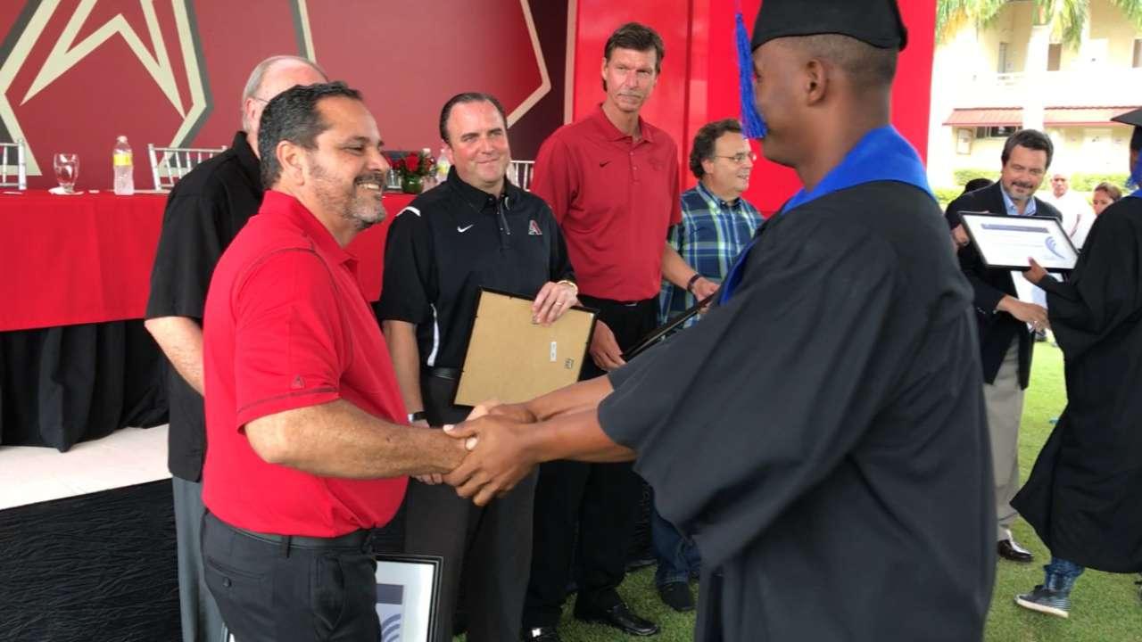 Seis prospectos se graduan en la academia de los D-backs en R.D.