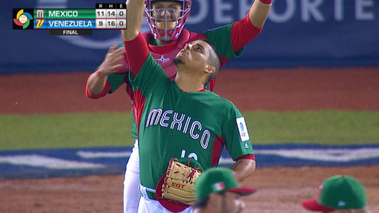 Osuna closes out Mexico's win