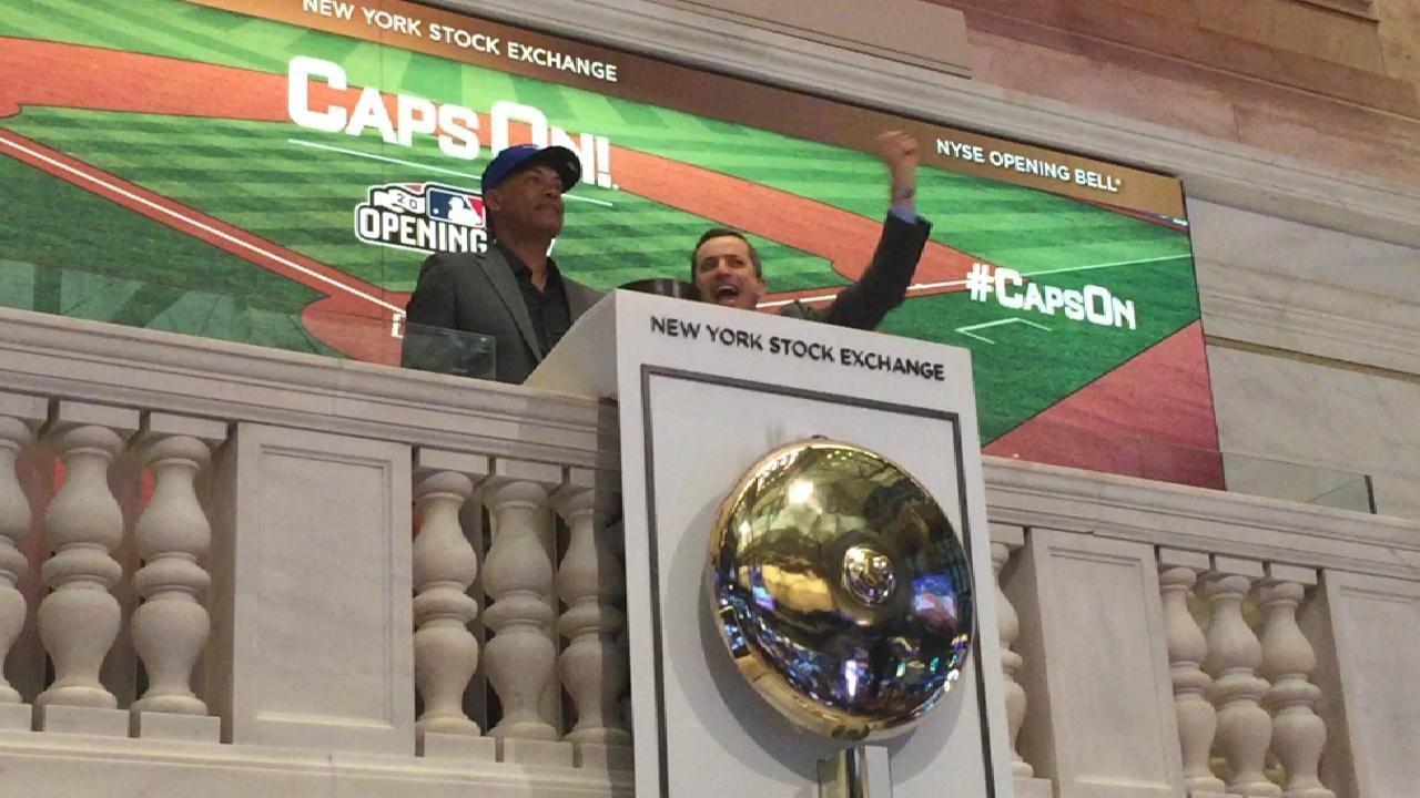 Roberto Alomar suena la campana en la Bolsa de Valores de Nueva York