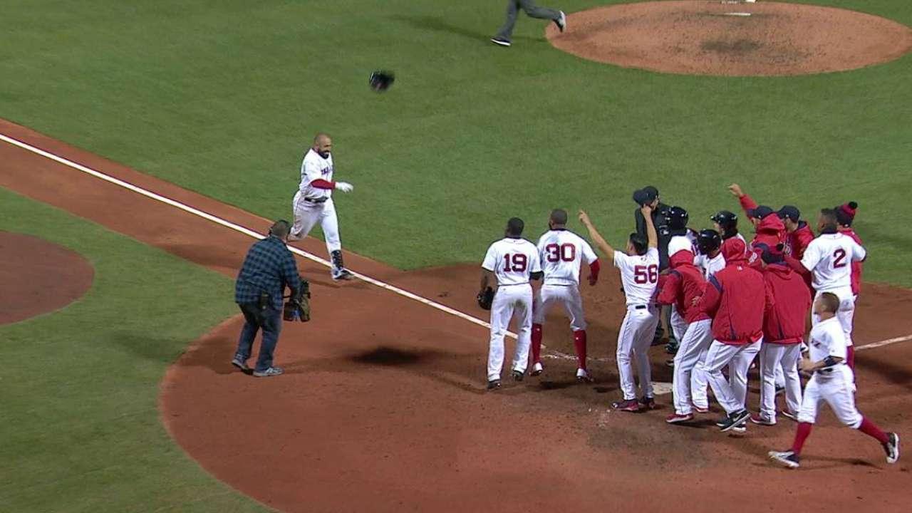 Leon sends Sox to walk-off win in 12 vs. Bucs
