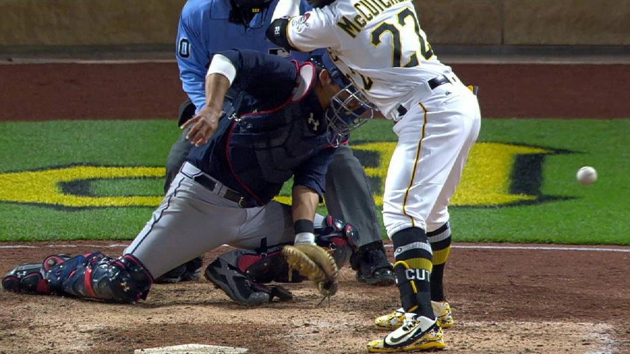 'Sloppy' play fails to deter Dickey, Braves