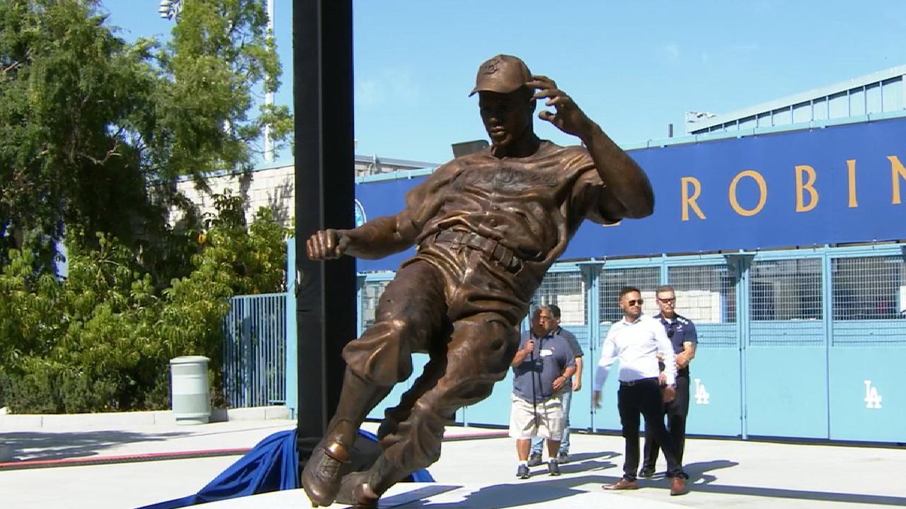 Dodgers unveil Robinson statue at stadium