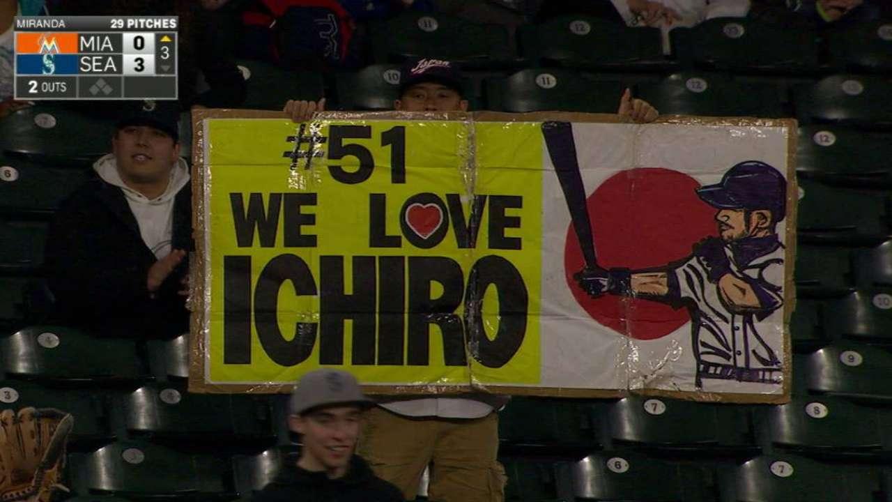 Ichiro receives standing ovation