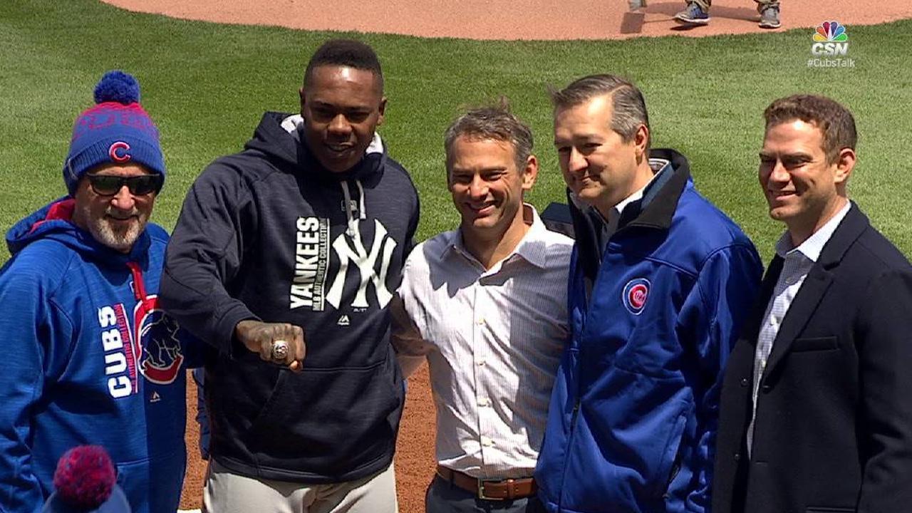 Aroldis Chapman recibe su anillo de campeón en Chicago