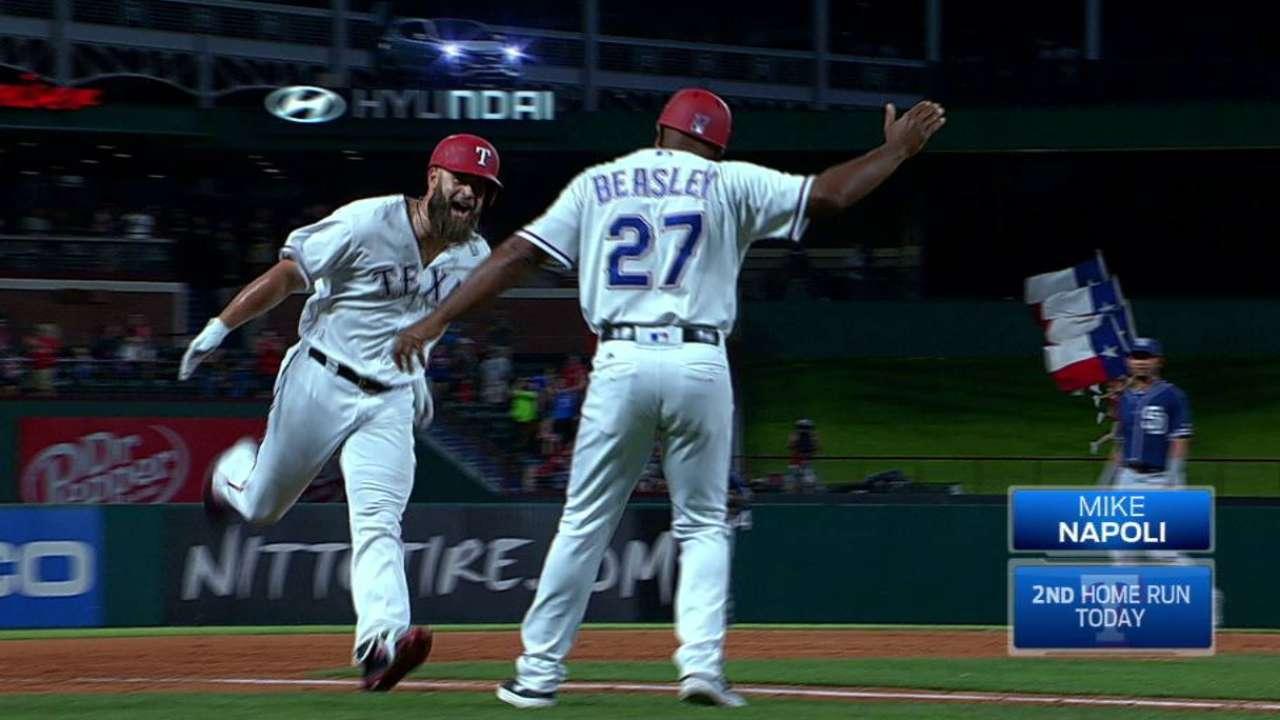 Con HR de Napoli en la 9na Rangers dejaron tendidos a los Padres