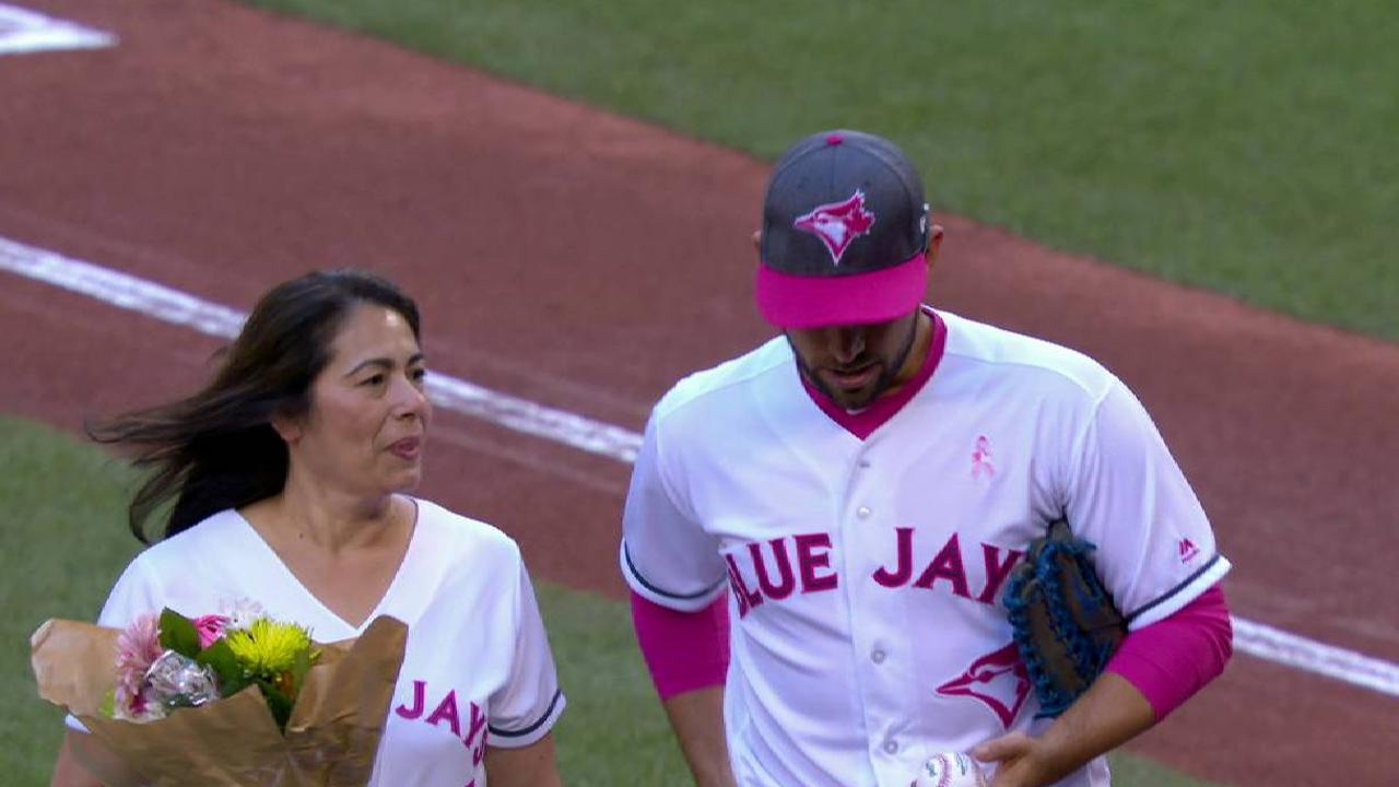 Estrada catches mom's Mother's Day 1st pitch
