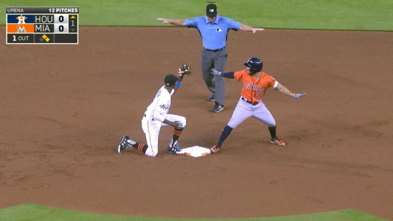 José Altuve fija una marca de los Astros con dos dobles y dos triples