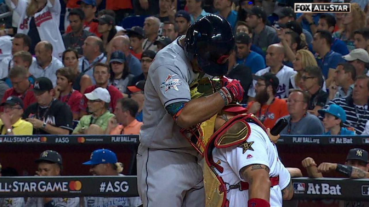 Lindor, Molina hug before at-bat