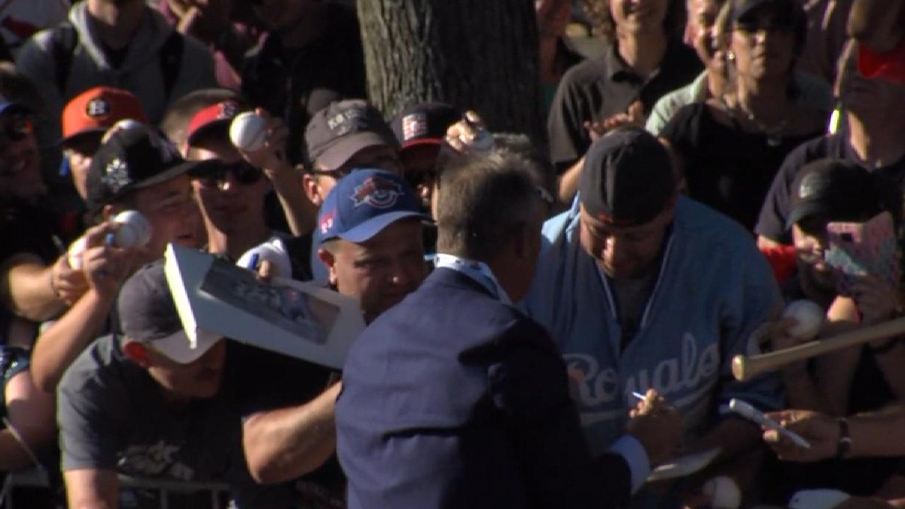 Brett greets fans at HOF parade
