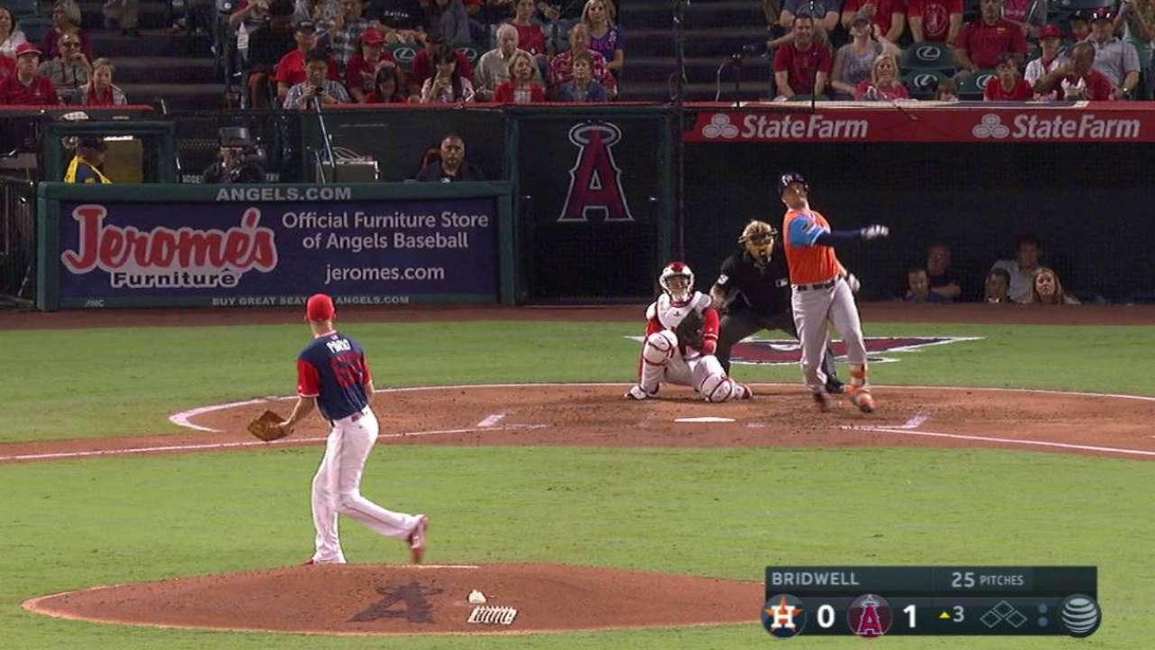 Jonrón de Davis y wild pitch, claves en triunfo de Astros vs. Angels