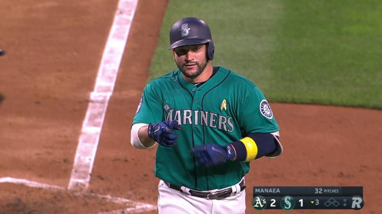 Leake wins M's debut vs. A's as Zunino homers