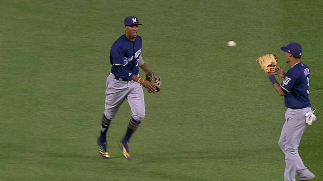 Broxton's tough catch in center