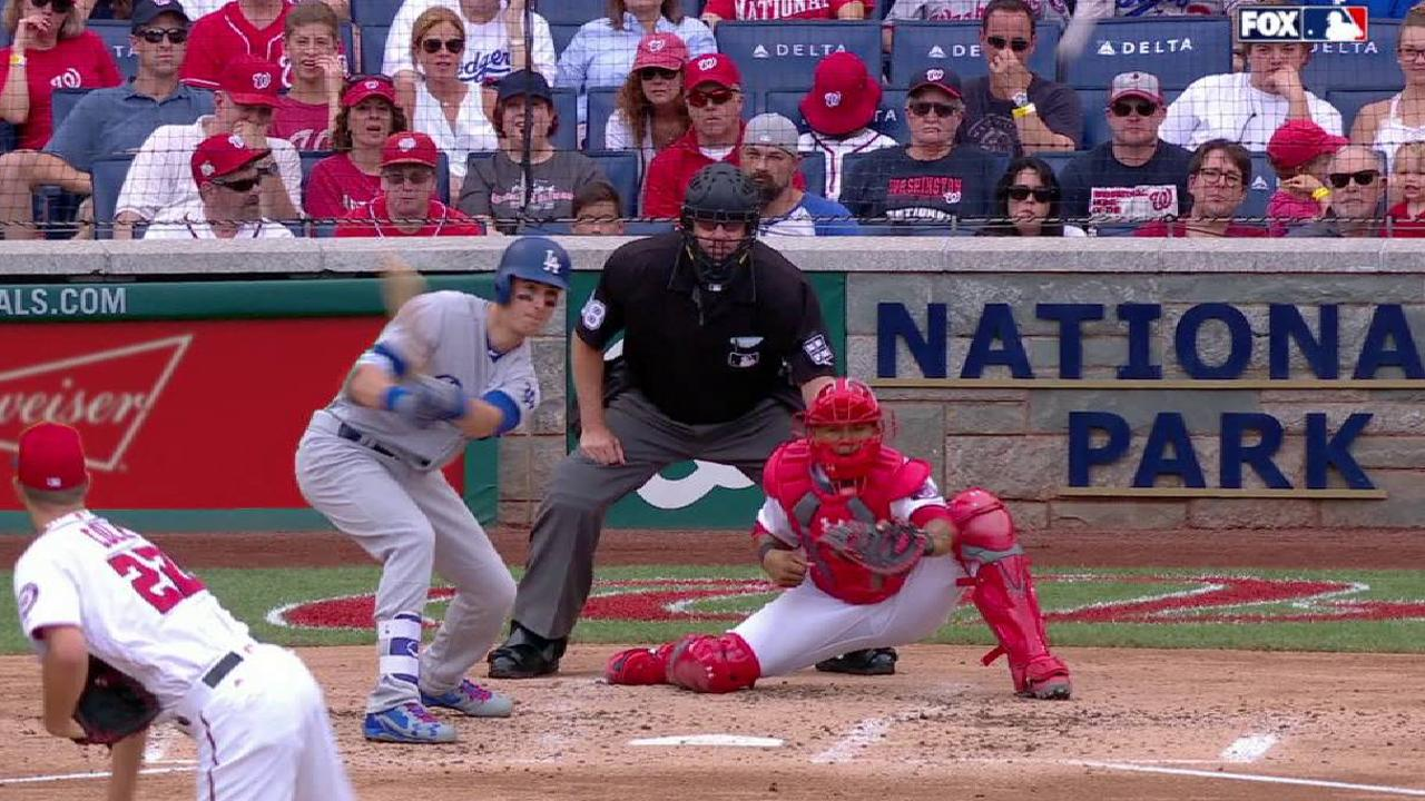 Bellinger singles in Utley