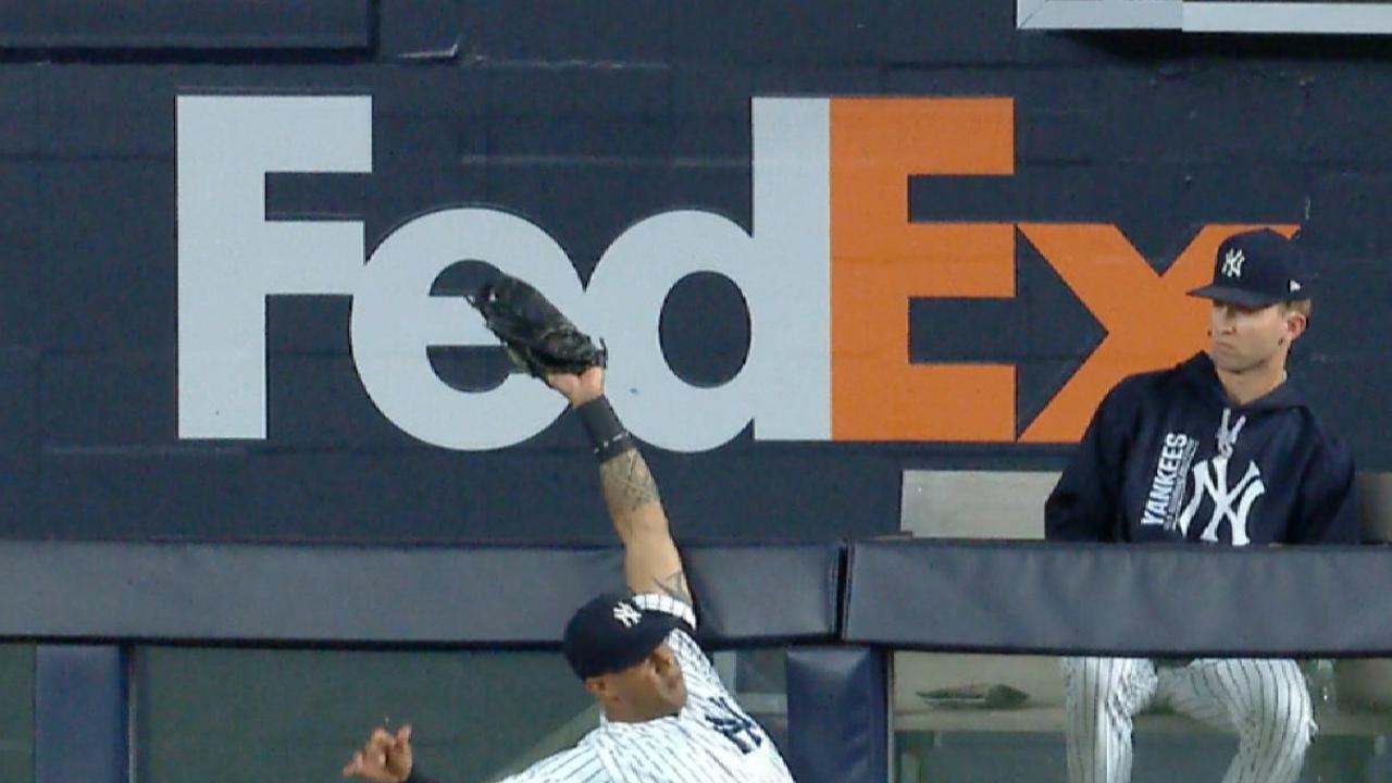 Hicks' over-the-wall grab robs Rays of slam